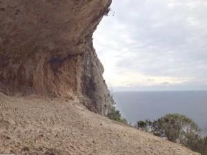 L'esposizione a sud, mantiene la grotta asciutta e priva di infiltrazioni di acqua, responsabili della formazione di stalattiti