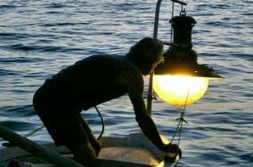 Prima di arrivare alla luce elettrica, i pescatori nei decenni hanno usato bracieri di legno, acetilene e petrolio