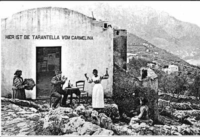 Una rara cartolina degli inizi del '900, rappresenta Carmelina davanti alla trattoria sul monte Tiberio