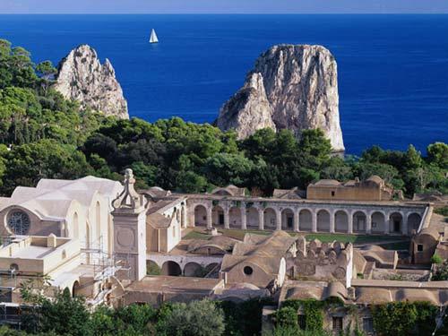 La Certosa era l'ultimo e più ricco luogo di riparo. Infatti nel 1553 fu data alle fiamme e saccheggiata.