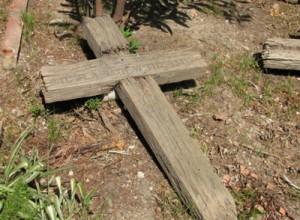 Sepolture bizzarre e semplici come questa croce di legno