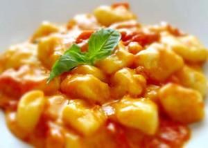 Gnocchi alla sorrentina con mozzarella fumante gratinati al forno, o con semplice sugo al pomodoro ad arricchire un bel piatto di ravioli