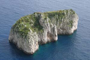 Sullo scoglio del Monacone sono stati ritrovati resti di mura che testimoniano l'esistenza di un passaggio per salire sulla sua sommità