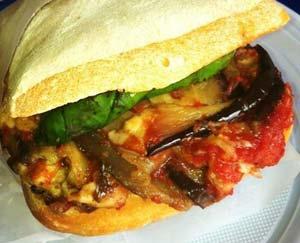 Un dei modi migliori per gustare la parmigiana è in un bel panino croccante