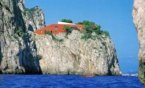 La forma e i colori particolari di casa Malaparte hanno destato sempre pareri discordanti