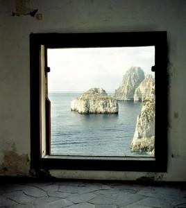 Una delle intuizioni geniali fu quella di trasformare le finestre in quadri, utilizzando il panorama circostante come fondale