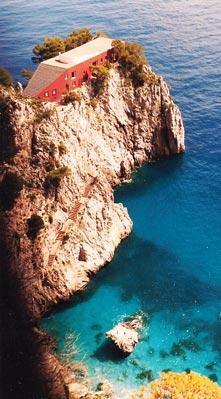 La casa Malaparte si sviluppa su un promontorio di roccia chiamato Punta Massullo